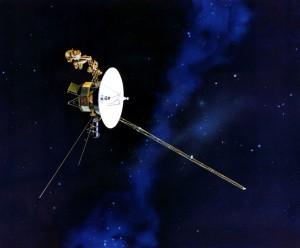 Imagen que muestra la Voyager 1, están sonda espacial fue lanzada con un disco de Oro que contiene información sobre nuestra especie y civilización, su objetivo fue para el contacto con vida extraterrestre, aunque también es vista como una capsula del tiempo de lo que algún día fuimos.  Créditos: Wikipedia.org